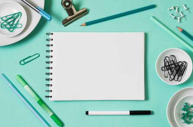 Boven weergave werkruimte met notitieboekje