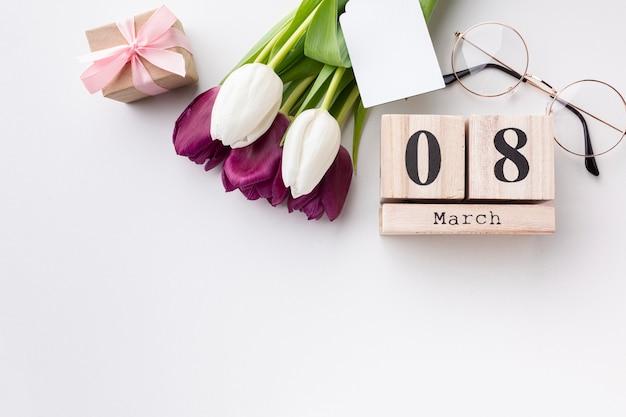 Bovenaanzicht 8 maart belettering met tulpen en kopie ruimte