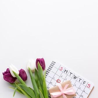 Bovenaanzicht 8 maart letters met tulpen en kalender