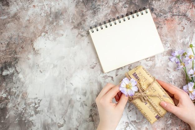 Bovenaanzicht aanwezig in pakket met bloemen op lichttafel