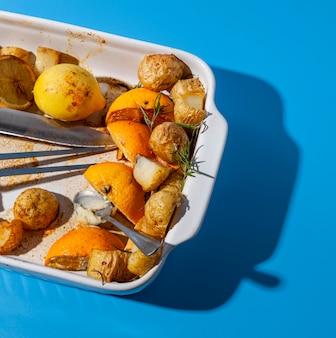 Bovenaanzicht aardappelen en citroenresten
