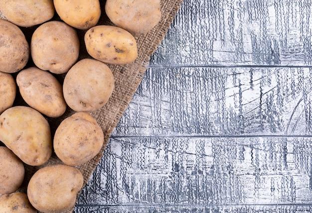Bovenaanzicht aardappelen op grijze houten tafel