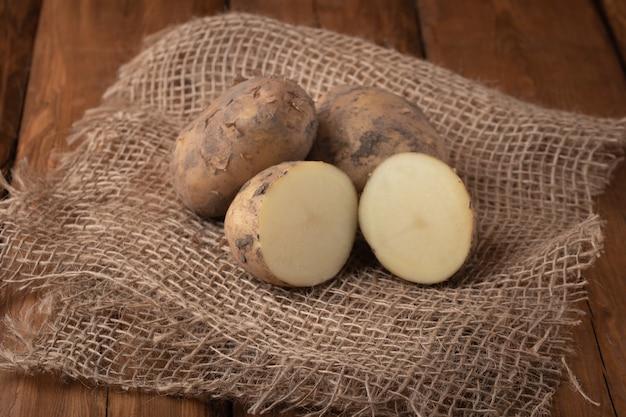 Bovenaanzicht aardappelen op tafel