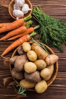 Bovenaanzicht aardappelen wortel en knoflook