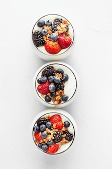 Bovenaanzicht aardbei en bosbessen yoghurt