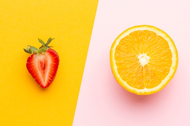 Bovenaanzicht aardbei en sinaasappelschijf
