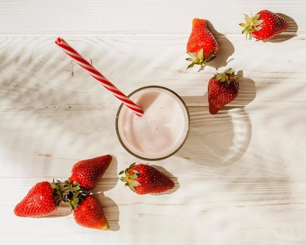 Bovenaanzicht aardbeien met yoghurt