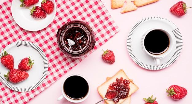 Bovenaanzicht aardbeienjam en koffie arrangement