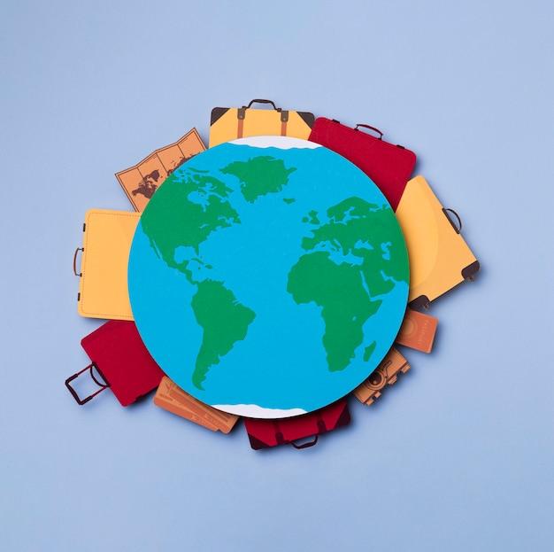 Bovenaanzicht aarde omringd door bagage concept