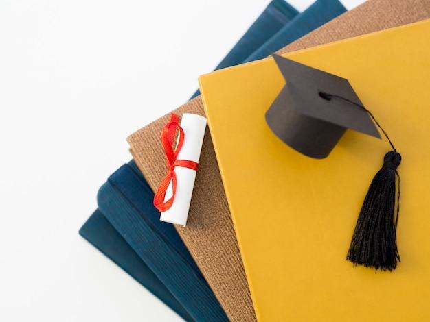 Bovenaanzicht academische cap op boeken