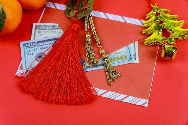 Bovenaanzicht accessoires chinees nieuwjaar festival decoraties op rode achtergrond.
