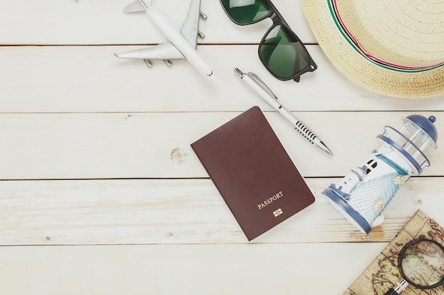 Bovenaanzicht accessoires om het strand te reizen. de vrouw schoenen notitieboekje ma