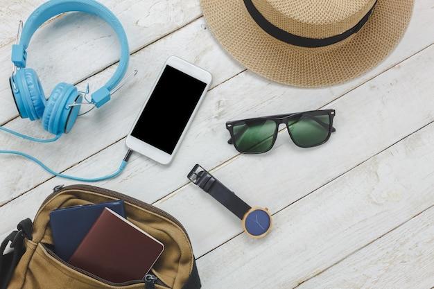 Bovenaanzicht accessoires om te reizen concept.white mobiele telefoon lijst
