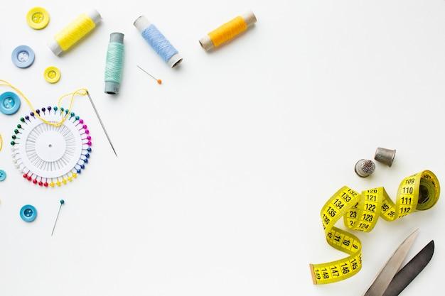 Bovenaanzicht accessoires voor naaien en centimeter