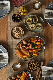 Bovenaanzicht achtergrondafbeelding van heerlijk zelfgemaakt eten op herfst diner tafel,