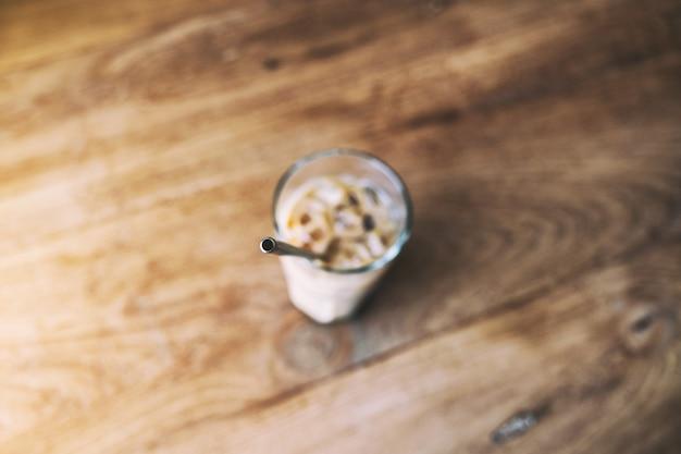 Bovenaanzicht afbeelding van een glas ijskoffie met roestvrijstalen rietje