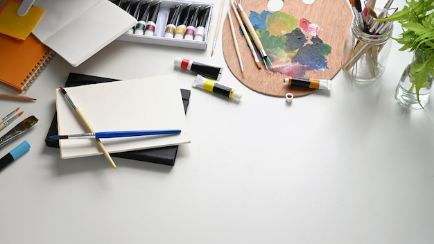 Bovenaanzicht afbeelding van kunstenaar werktafel.