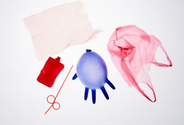 Bovenaanzicht afbeelding van plastic medisch afval geïsoleerd