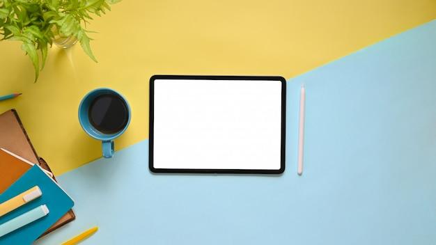 Bovenaanzicht afbeelding van werkruimte met plat lag wit leeg scherm computertablet