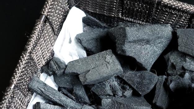 Bovenaanzicht afbeeldingen van zwarte houtskool gemaakt van echt hout op tafel