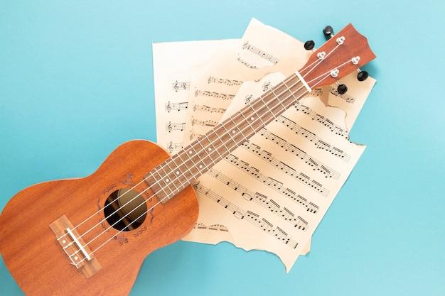 Bovenaanzicht akoestische gitaar met blauwe achtergrond