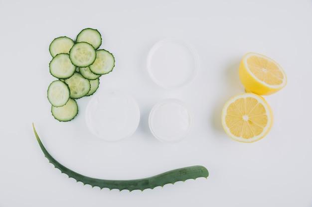 Bovenaanzicht aloë vera met schoonheidshulpmiddelen en cosmetica