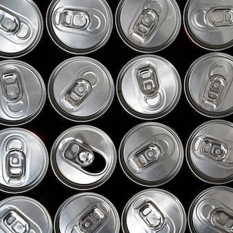 Bovenaanzicht, aluminium blikjes met een drankje