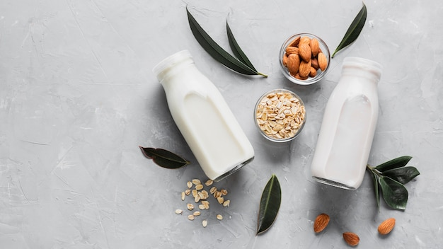 Bovenaanzicht amandelen en havermout met melkflessen