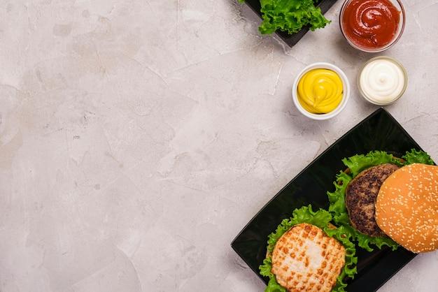 Bovenaanzicht amerikaanse hamburger met verschillende dips