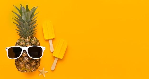 Bovenaanzicht ananas en ijs met kopie ruimte