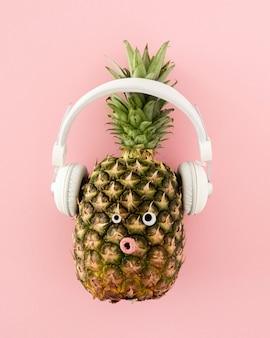 Bovenaanzicht ananas met koptelefoon
