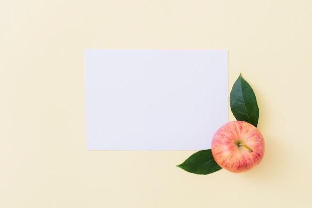 Bovenaanzicht appel met papier