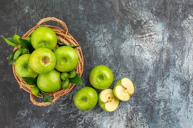 Bovenaanzicht appels citrusvruchten appels met bladeren in de mand