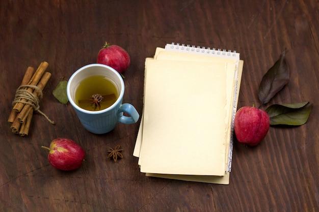 Bovenaanzicht appels, kaneel en blanco vel vintage papier