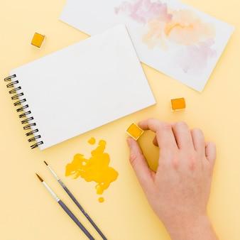 Bovenaanzicht aquarel met penselen op tafel
