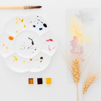 Bovenaanzicht aquarellen met tarwe op tafel