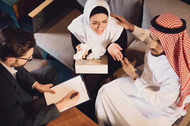 Bovenaanzicht arabische man rustige vrouw bij de receptie