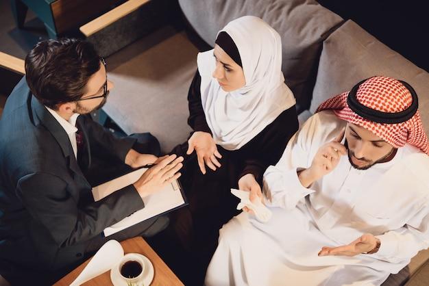 Bovenaanzicht. arabische stel bij de receptie