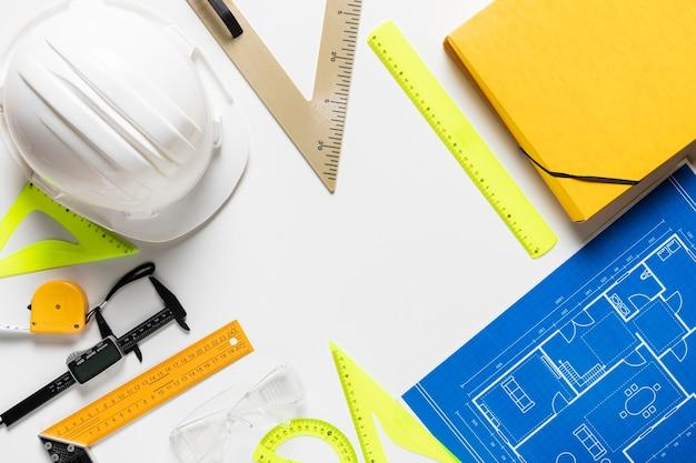 Bovenaanzicht architecturaal project met verschillende gereedschappen arrangement