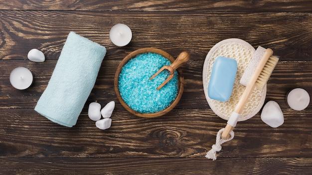 Bovenaanzicht aroma therapie zout en handdoek spa