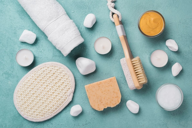 Bovenaanzicht aromatherapie spa accessoires op de tafel