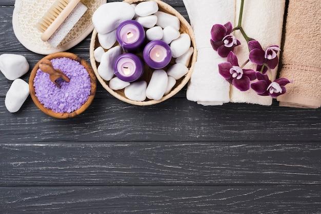 Bovenaanzicht aromatherapie spa zout en handdoeken