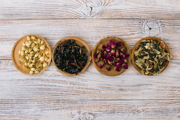 Bovenaanzicht aromatische kruiden en specerijen