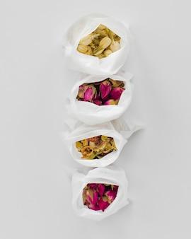 Bovenaanzicht aromatische kruiden in plastic zakken