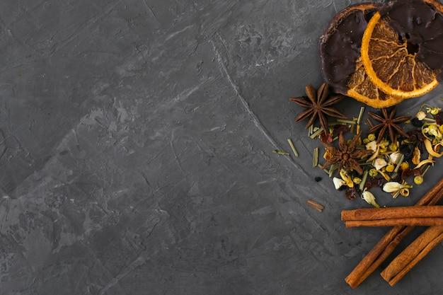Bovenaanzicht aromatische kruiden met kaneelstokjes