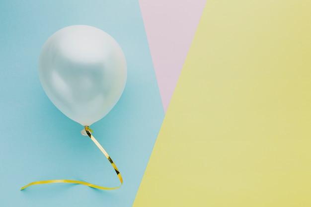 Bovenaanzicht arrangement met ballon en kopie-ruimte