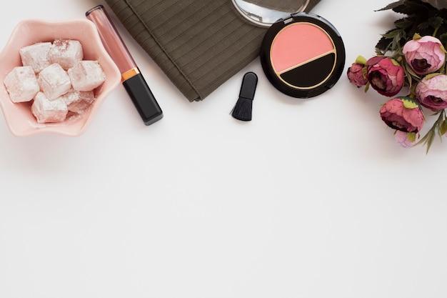 Bovenaanzicht arrangement met blozen en lippenstift