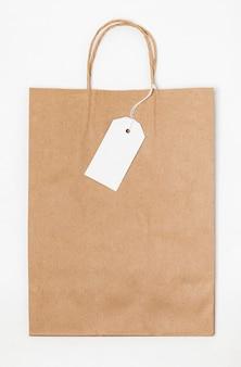 Bovenaanzicht arrangement met boodschappentas en lege tag