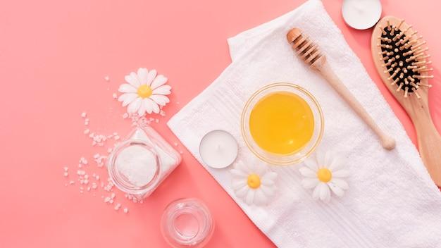 Bovenaanzicht arrangement met borstel en zouten