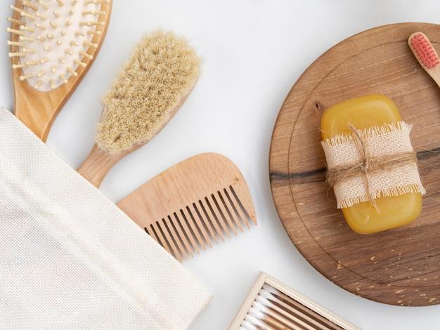 Bovenaanzicht arrangement met borstels en snijplank